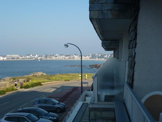Hôtel La Petite Sirène : vue du balcon sur la mer