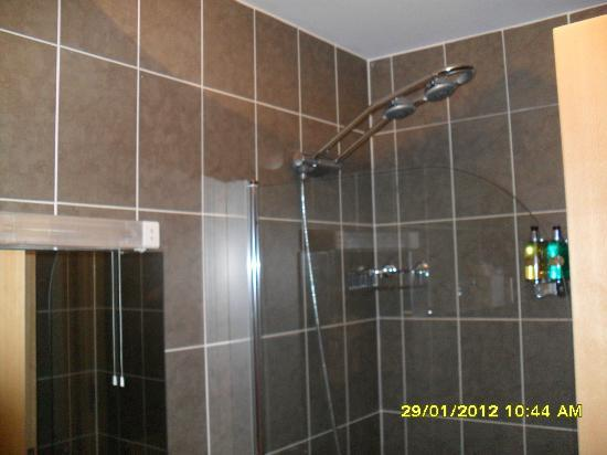 Fountain Court Apartments - EQ2: 1st Bathroom