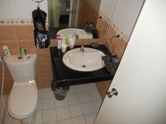 Rumi Apartelle Hotel: Standard room bathroom