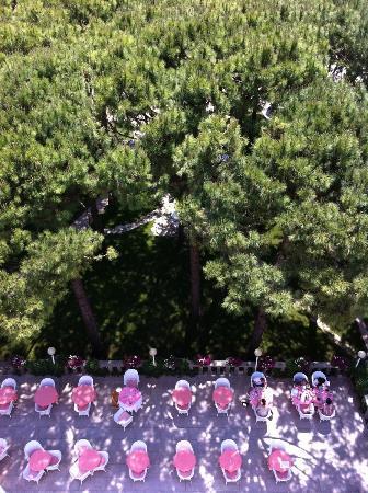 Hotel Beau Rivage Pineta: Terrasse vom Balkon aus