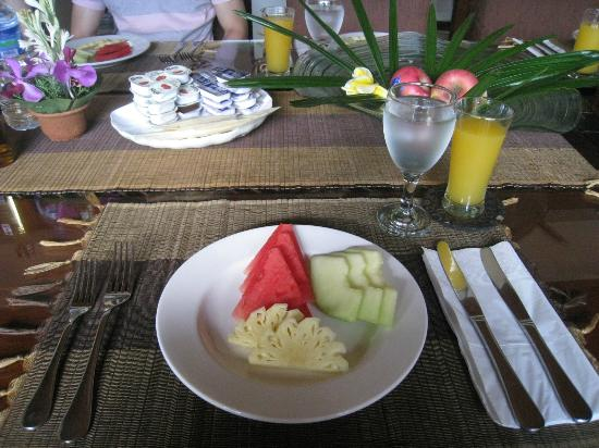 Villa Seriska Satu: Fresh fruits before hot breakfast
