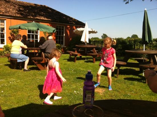 Premier Inn Gloucester (Twigworth) Hotel: playing in the beer garden