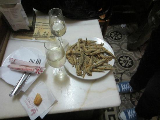 Taberna el Gallo : Media ración de boquerones fritos y fino de la cas