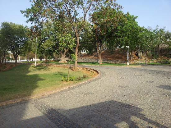 Taj Falaknuma Palace : Passage After Parking Towards Hotel