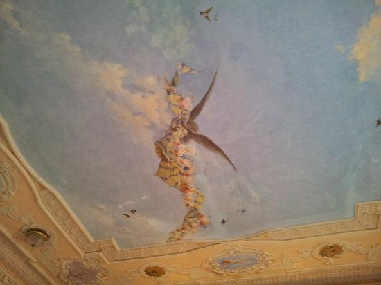 Taj Falaknuma Palace: Painting in the room ceiling