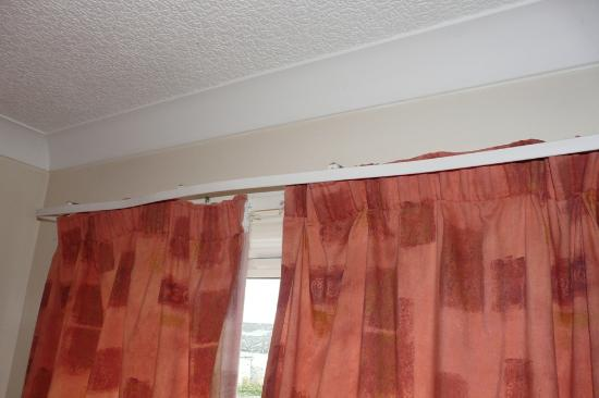 The White Rose Hotel: Curtains in room