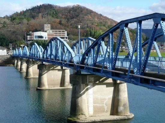 Ayabe, Japón: 綾部橋(文化財)の向こうにホテルが見えます。