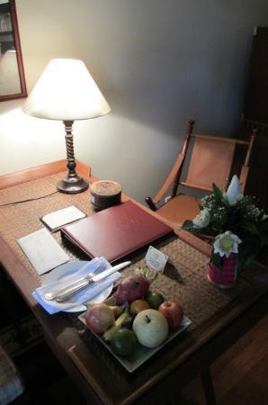 Victoria Angkor Resort & Spa: Desk in room
