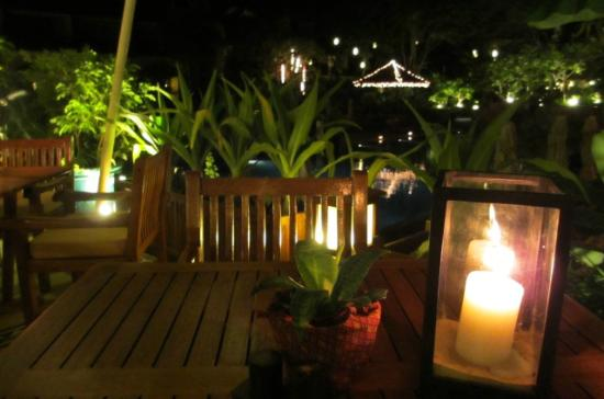 Victoria Angkor Resort & Spa: Nightime view from table