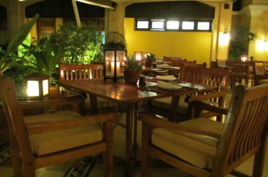 Victoria Angkor Resort & Spa: Outside dining area