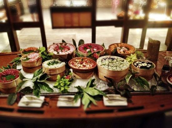 Four Seasons Resort Maldives at Landaa Giraavaru: fisherman's dinner at cafe landaa / sushi selection