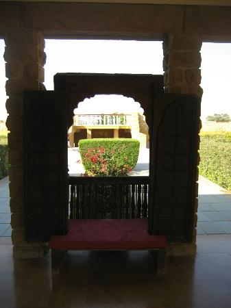 Gateway Hotel Rawalkot Jaisalmer: Pool Verandha