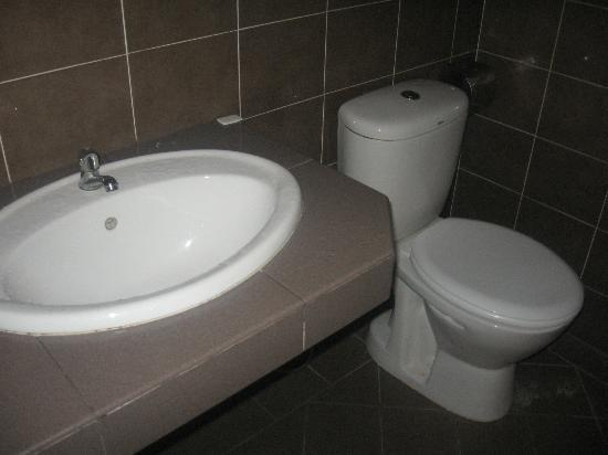 AB Motel: washbasin-toilet