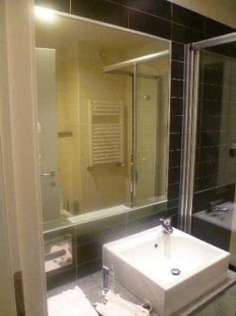 Holiday Inn Express Rome-east : Gran ducha con adundante agua caliente