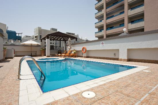 TIME Opal Hotel Apartments: Swimming pool lounge