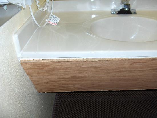 Econolodge Inn & Suites: Repair on sink bad