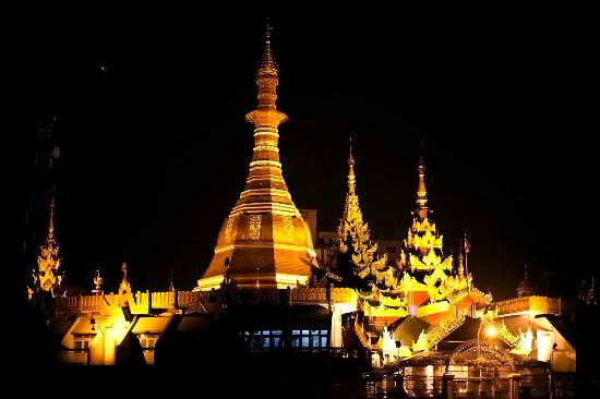 Yangon (Rangoon), Myanmar: Sule pagoda at night