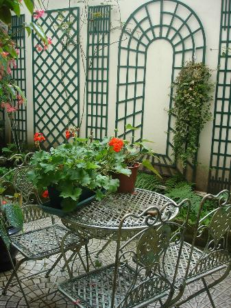 Hotel Crimee : Jardim interior