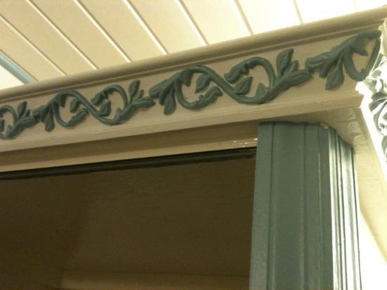 Cole Bay, St. Maarten: Closet molding details