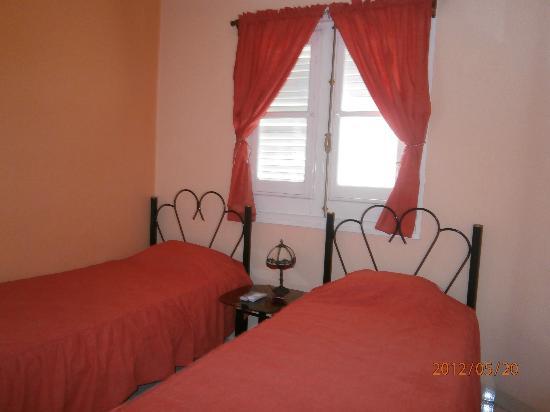 Hostal Lamparilla: Espaciosas, limpias, armario, aire acondicionado, caja fuerte, TV , nevera, balcones