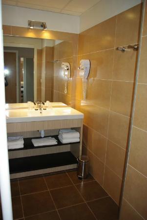 Hotel Red Fox: salle de bain - lavabo