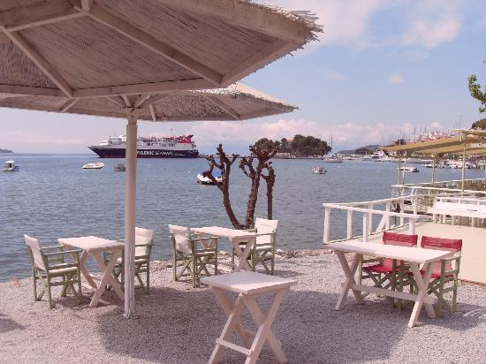 Bourtzi Boutique Hotel: Ferry in Skiathos harbour