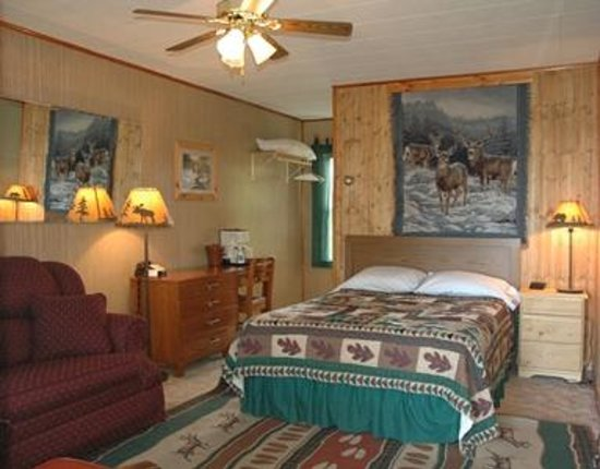 Superior Motel & Suites: One of the rooms there