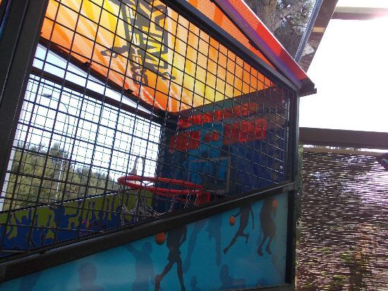 Hipotels Apartamentos Hipocampo Playa: arcade across road