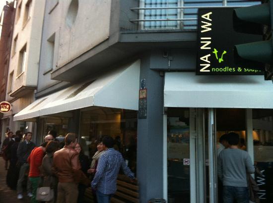 Naniwa: 店の外まで行列が