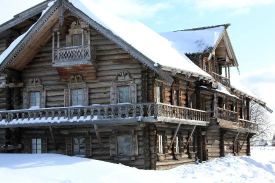 Boat Trip to Kizhi Island : View of the Peasant House (you can go inside)