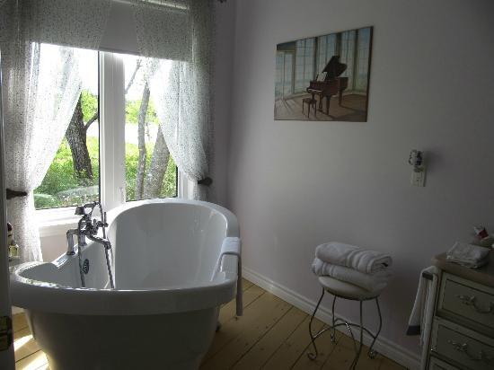 English Country Garden B&B: Claw foot tub