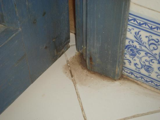 Al Diwan Resort: dirt where floors were not cleaned