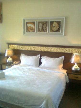Tok Aman Bali Beach Resort: King size bed with good linen.