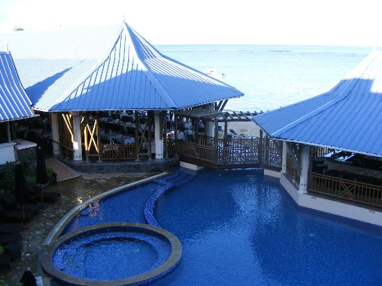 Pearle Beach Resort & Spa: Swimming pool with pool bar