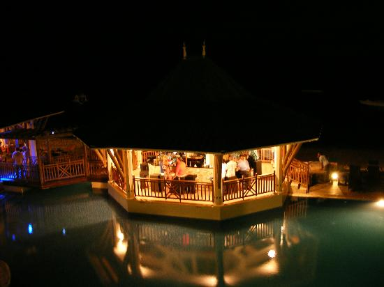 Pearle Beach Resort & Spa: Pool bar at night