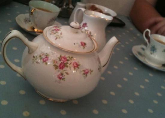 Rosie Lea Tea House & Bakery: Beautiful tea cups and pots