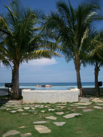 El Sitio Playa Venao: Pool in between the 2 hotel buildings, and beach beyond.