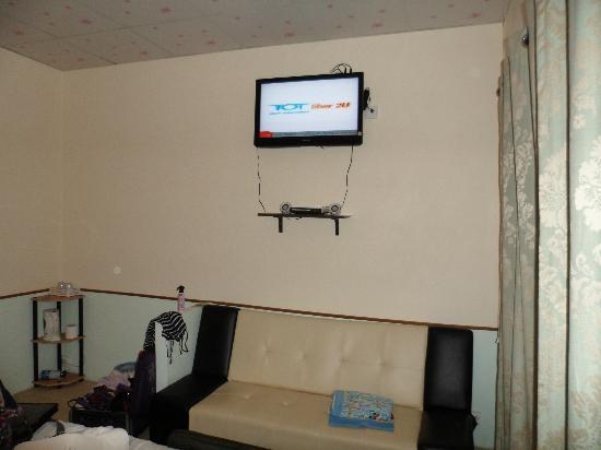Phuket Airport Overnight Hotel: Big TV