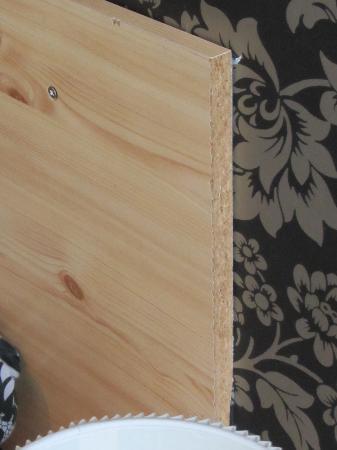 Glendale Guest House: Chipboard headboard