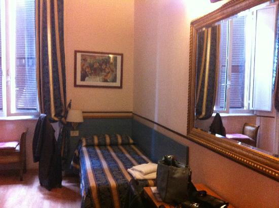 Hotel Lazzari : petit lit dans la chambre avec aussi un lit double