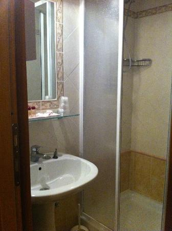 Hotel Lazzari: petite sdb et wc
