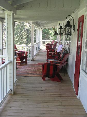 Stagecoach Inn: Wonderfully Quiet Front Porch