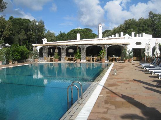 Garden & Villas Resort: La piscina con il ristorante sullo sfondo