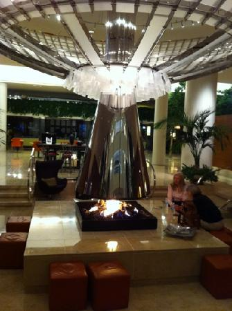 Renaissance Schaumburg Convention Center Hotel: lobby fireplace