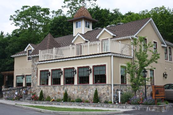 Beehive Restuarant in Armonk NY-a great place for good food, a pleasant atmosphere, and fun for