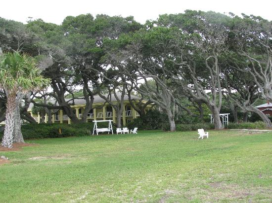 The Beachview Club: Hotel and grounds from bike path