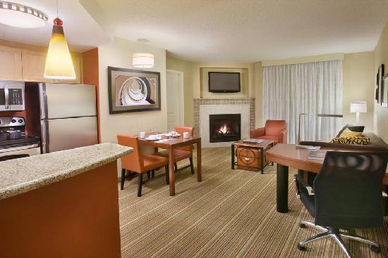 Residence Inn by Marriott Calgary Airport: Corner King Suite