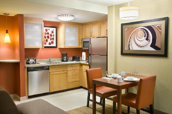 Residence Inn by Marriott Calgary Airport: Kitchen
