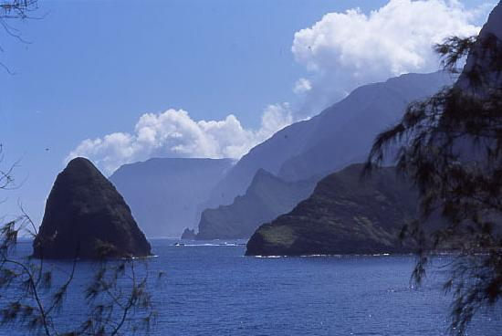 Kaunakakai, Hawaï: Okala Island and Molokai's north shore sea cliffs
