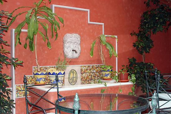 Hotel Puerta de la Villa: Bonita fuente en el patio